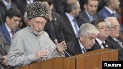 Ko'zga ko'ringan peshvo Said Atsayev Maxachkalada deputatlar oldida so'zlamoqda, 15-dekabr, 2010-yil.