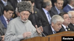 Said Atsayev (kiri), ulama muslim sufi terkenal di Dagestan, Rusia tewas oleh bom bunuh diri (28/8).