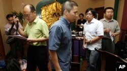 Legal scholar Xu Zhiyong, center, is seen with Chinese lawyers after a meeting in a restaurant in Beijing, China. (2009 File)