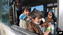 IŞİD'in serbest bıraktığı iki Yezidi çocuk otobüste beklerken
