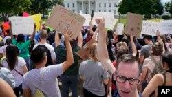 지난 9일 백악관 앞에서 시위대가 불법체류 청소년 추방유예(DACA) 프로그램 폐지에 항의하고 있다.