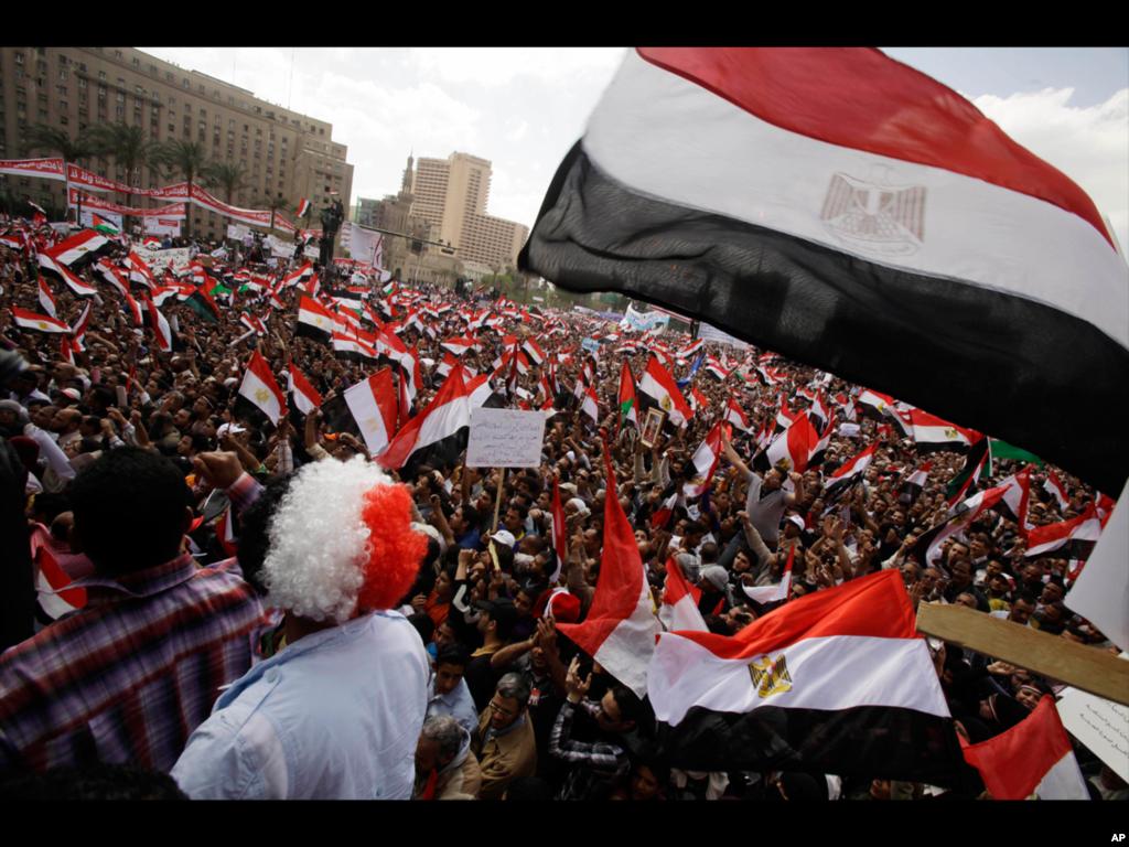 (美联社) 2012年六月二号埃及人聚集开罗解放广场呼吁再次发动埃及革命,当时穆巴拉克已经被判处无期徒刑,所定罪行是在推翻他统治的起义中未制止杀害抗议民众