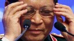 Bộ trưởng Quốc phòng Việt Nam Ngô Xuân Lịch chỉnh lại kính trước khi phát biểu tại Đối thoại Shangri-La hôm 2/6.
