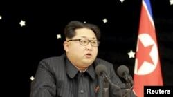 Lãnh đạo Bắc Triều Tiên Kim Jong Un tham dự buổi tiệc dành cho những người có đóng góp trong vụ phóng tên lửa gần đây. Bức ảnh không đề ngày tháng này được phát hành bởi Thông tấn xã Trung ương Triều Tiên của Bắc Triều Tiên (KCNA) ở Bình Nhưỡng, ngày 15 tháng 2 năm 2016.