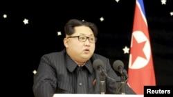 朝鲜领导人金正恩参加一场为最近的火箭试射功臣所举办的宴会。