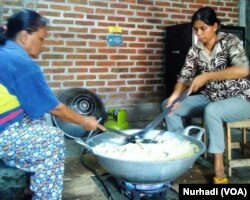 Pekerja memasak abon ikan Aboni yang turut dikirim ke ajang Pertemuan IMF-Bank Dunia di Bali. (Foto:VOA/Nurhadi)