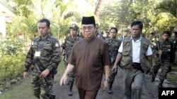 Thủ lãnh của Mặt trận Hồi giáo Giải phóng Moro Murad được hộ tống bởi các ủng hộ viên tại doanh trại chính của phiến quân ở Camp Darapanan, miền nam Philippines