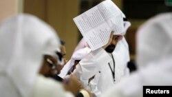 Seorang hakim tengah menghitung surat suara yang masuk pasca penyelenggaraan pemilu parlemen di sebuah TPS di kota Kuwait (27/7).