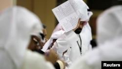 科威特法官在投票站计票