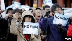 Sejumlah mahasiswa Korea Selatan berdemo anti-perang. Ketegangan di Semenanjung Korea semakin meningkat sejak serangan artileri Korea Utara ke pulau Yeonpyeong di Selatan.