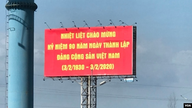 Một áp phích ở ngoại thành thành phố Hồ Chí Minh chào mừng 90 năm ngày thành lập Đảng Cộng sản Việt Nam.