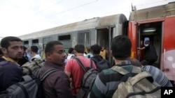 Migranti iz Sirije i Avganistana ukrcavaju se u voz za Srbiju u Djevdjeliji u Makedoniji, 22. juna 2015.