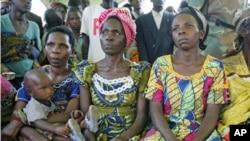 Des femmes congolaises de Kitchanga écoutant un discours sur les violences sexuelles (Archives)