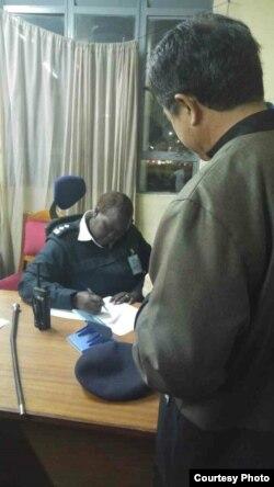 台湾驻南非代表陈忠向肯尼亚机场警方出示法院判决书(台湾外交部提供)