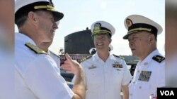 美國海軍作戰部助理副部長詹姆斯‧福戈少將(左),去年9月接待中國海軍司令吳勝利(視頻截圖)
