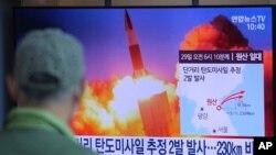 Seorang pria menyaksikan berita tentang uji coba misil Korea Utara di Stasiun Kereta Seoul, di Seoul, Korea Utara, 29 Maret 2020.