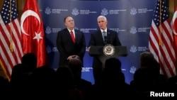 در این کنفرانس خبری علاوه بر مایک پنس، معاون رئیسجمهوری ایالات متحده، مایک پمپئو، وزیر خارجه آمریکا، نیز حضور داشت.