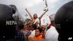 지난달 1일 네팔 카투만드에서 새 헌법에 반대하는 시위대가 제헌의회 건물 앞에서 항의하고 있다.