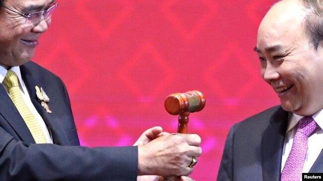 Ông Phúc nhận chiếc búa gõ từ thủ tướng Thái, biểu tượng Việt Nam sẽ là chủ tịch ASEAN trong thời gian tới.