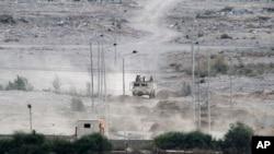 군용차량에 탄 이집트 군인들이 시나이 반도 접경 지역을 순찰하고 있다. (자료사진)