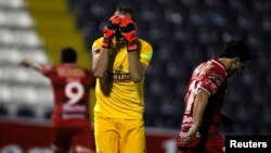 Goalkeeper George Forsyth of Peru's Alianza Lima reacts after surrendering a goal to Argentina's Huracan during their Libertadores Cup match in Lima, Feb. 3, 2015.