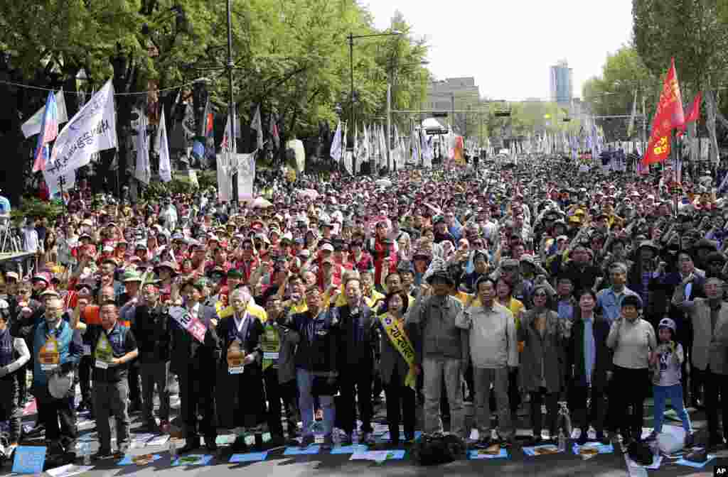 Members of the Korean Confederation of Trade Unions and citizens shout slogans during a May Day rally in Seoul, South Korea, May 1, 2017.