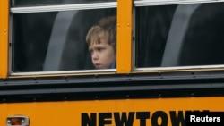 Hace tres semanas un joven asesinó a 26 personas, entre ellas 20 niños, como el que viaja en este bus escolar. Utilizó armas de largo alcance.