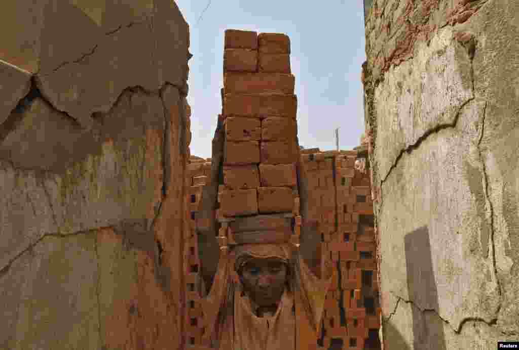 Indijka, radnica u ciglani na periferiji Chennai-a. Teški teret nosiće na glavi i sutra, 1.maja, međunarodnog praznika rada. Neradno 1. maj će biti proslavljen u mnogim dijelovima svijeta, ali ne u toj ciglani.