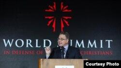 史密斯在捍衛受迫害基督徒世界峰會上講話(史密斯議員辦公室提供)