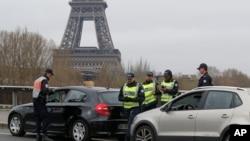 Polisi melakukan pemeriksaan di sekitar kawasan turis di Sungai Seine, dekat menara Eiffel di Paris (foto: dok).