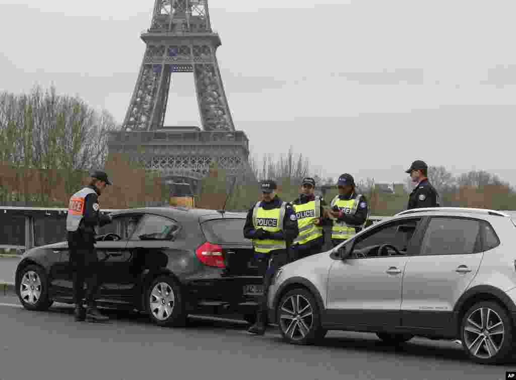 Police officers control vehicles along the Seine River in Paris, March 17, 2014.