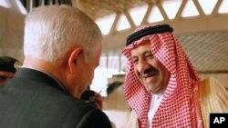 사우디 국방차관 칼리드 빈 술탄 왕자의 환영을 받는 게이츠 국방 장관(좌)