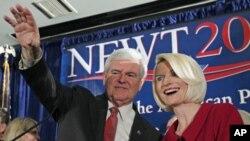លោក ញូត ជីងរីក (Newt Gingrich) បេក្ខជនប្រធានាធិបតីខាងគណបក្សសាធារណៈរដ្ឋ និងជាអតីតសមាជិកសភា បក់ដៃដាក់អ្នកគាំទ្រជាមួយនឹងភរិយា Callista ក្នុងពេលយុទ្ធនាការស្វែងរកការគាំទ្រការឈរឈ្មោះជាបេក្ខភាព នៅថ្ងៃទី២១ មករា ឆ្នាំ២០១២ នៅកូឡំប៊ី។