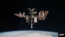 Международная космическая станция с пристыковавшимся к ней шаттлом Endeavour. 24 мая 2011 г.