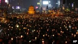 11月26日南韓首爾有超過百萬民眾燭光抗議朴槿惠並要求她下台。