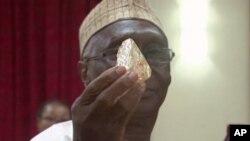 Un pastor en Sierra Leona ha descubierto el mayor diamante sin cortar que se encuentra en más de cuatro décadas en este país de África Occidental y lo ha entregado al gobierno, diciendo que espera que ayude a impulsar el desarrollo reciente en su empobrecida nación.