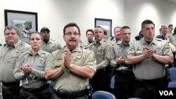 Agentes policiales de la Oficina del Alguacil Arpaio devolvieron sus credenciales federales después de que la justicia estadounidense les negara verificar el estatus de migratorio de los reos.