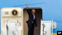 Tổng thống Obama vẫy chào từ Air Force One trước khi lên đường đến Riyadh, Ả-rập Xê-út, ngày 19/4/2016.