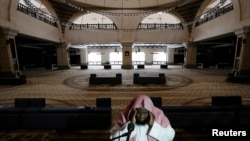 Panggilan salat Jumat di Masjid Al-Rajhi, di Riyadh, Arab Saudi, 20 Maret 2020, yang kosong di tengah pandemi COVID-19. (REUTERS/Ahmed Yosri)