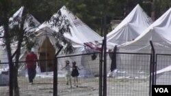 Turki mendirikan tenda-tenda sementara di kota Yayladagi, provinsi Hatay untuk menampung ribuan pengungsi Suriah (9/6).