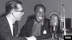 Willis Conover entrevistando a Louis Armstrong en los estudios de la Voz de América. Clinton hizo referencia al importante trabajo periodístico de la VOA.