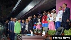 박근혜 한국 대통령(왼쪽 녹색옷)이 19일 인천아시아아드 주경기장에서 열린 인천 아시아게임 개회식에 입장하며 토마스 바흐 국제올림픽위원장 등 참석자들과 인사를 나누고 있다.