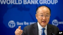 지난 6월 인도 뉴델리에서 기자회견을 진행하고 있는 김용 세계은행 총재. (자료사진)