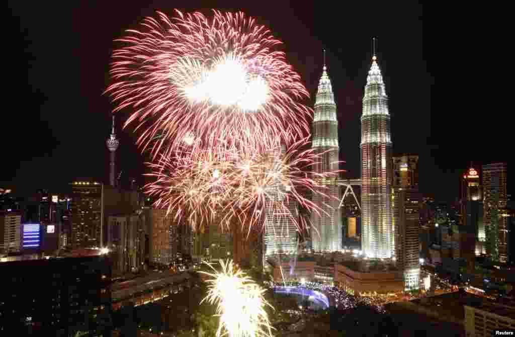 Новогодний фейерверк в Куала-Лумпуре (Малайзия)