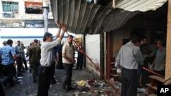 지난 11일 아침 다마스쿠스의 알-마르제 광장에서 일어난 폭탄 테러로 인하여 무너진 가게의 모습.
