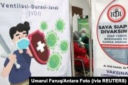 Seorang tenaga kesehatan menerima suntikan dosis kedua vaksin COVID-19 di sebuah rumah sakit di Sidoarjo, Jawa Timur, 29 Januari 2021. (Foto: Umarul Faruq/Antara Foto via Reuters)