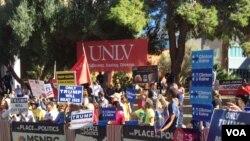 Estudiantes de la Universidad de Nevada a la espera del tercer debate presidencial. Unos a favor de Hillary Clinton y otros respaldan al magnate Donald Trump. [Foto: Arturo Martínez, VOA].