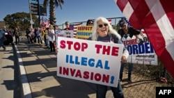 美國示威者在2018年12月15日在加利福尼亞州聖伊西德羅邊境口岸呼籲制止非法移民進入美國