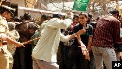 بنگلور :ٹکٹ کی خریداری کے منتظر افراد پر پولیس کا لاٹھی چارج