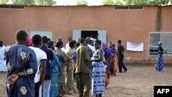 Des électeurs devant un bureau de vote à Ouagadougou, 2 décembre 2012.